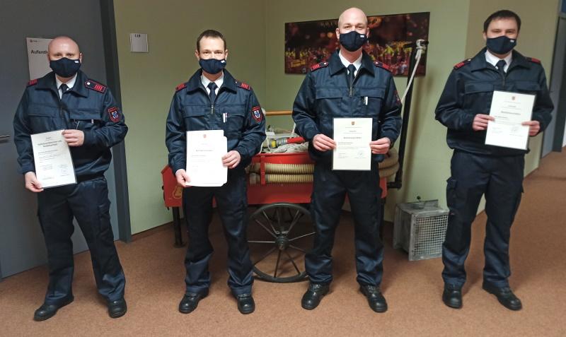Erste-Feuerwehr-Mitarbeiter-absolvierten-Vollausbildung-zum-Notfallsanit-ter