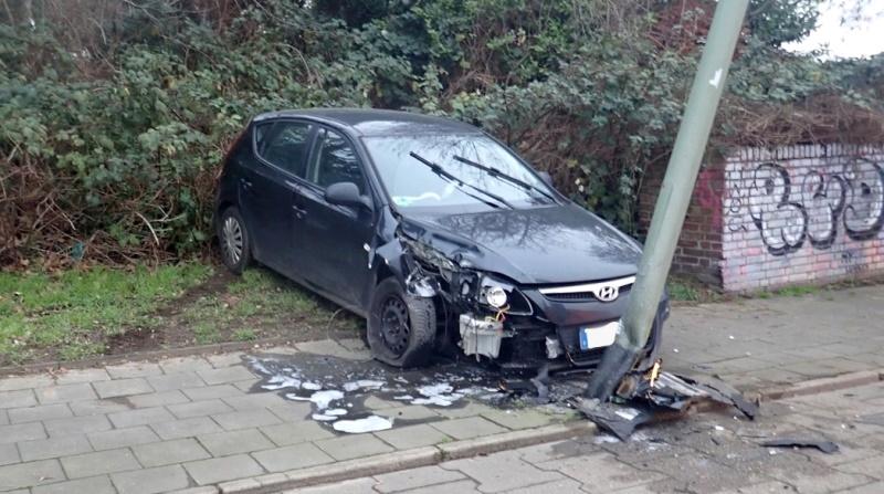 Overbruch-Joggerin-als-Zeugin-gesucht-Autofahrer-kollidiert-mit-Laterne