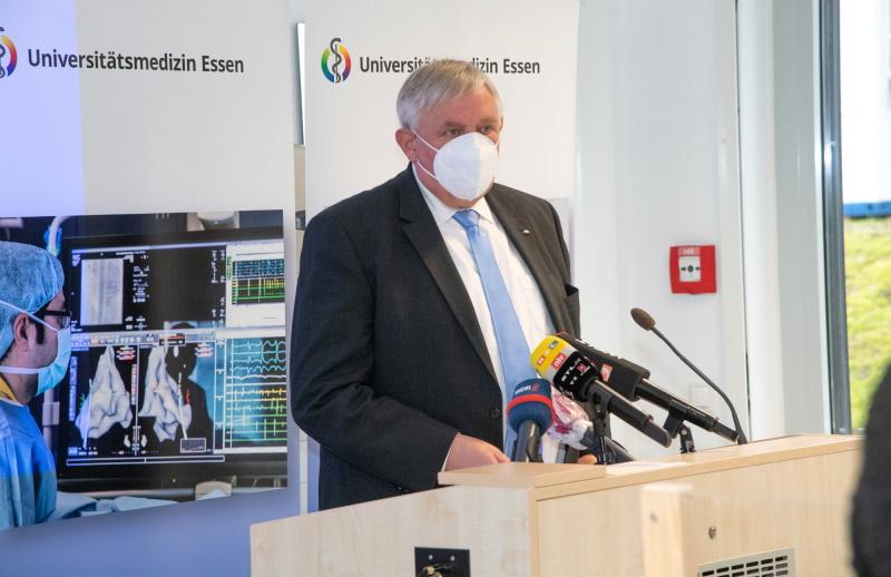 NRW-Minister-Laumann-besucht-Impfzentrum-der-Universit-tsmedizin
