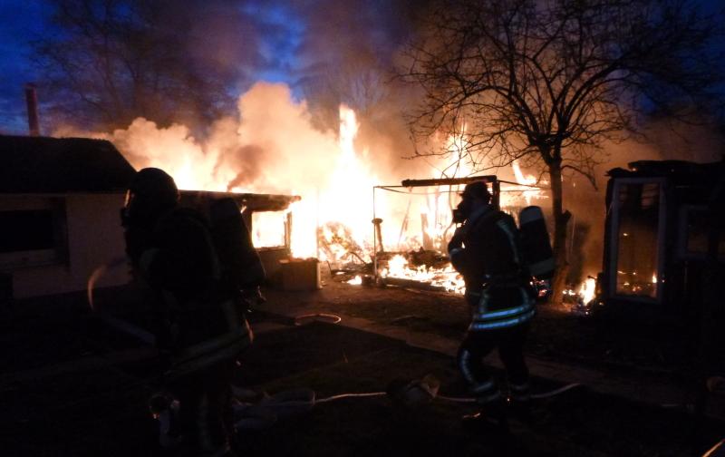 Zwei-Gartenlauben-brannten-in-Eving-F-nf-H-hner-verstorben