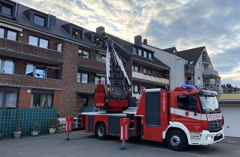 Schwelbrand-im-Dach-eines-Mehrfamilienhauses